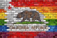 Флаги кирпичной стены Калифорнии и гомосексуалиста Стоковые Изображения RF