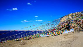 Флаги молитве близко именем озера стоковые изображения rf