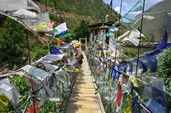 Флаги молитве вдоль висячего моста стоковое фото rf