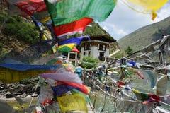 Флаги молитве вдоль висячего моста стоковое фото