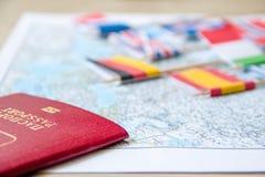 Флаги на карте перемещения, конце-вверх пасспорта концепция планирования назначения перемещения Стоковые Фотографии RF