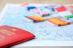 Флаги на карте перемещения, конце-вверх пасспорта концепция планирования назначения перемещения Стоковое Изображение RF