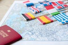 Флаги на карте перемещения, конце-вверх пасспорта концепция планирования назначения перемещения Стоковые Изображения