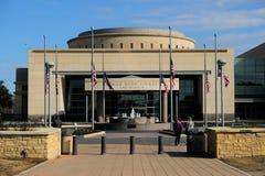 Флаги на половинном рангоуте на президентской библиотеке Джорджа Буша стоковые фото