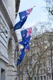 Флаги перед австралийским зданием высшей комиссии в Лондоне стоковые фотографии rf