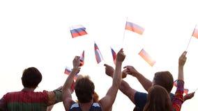 Флаги русского группы людей развевая сток-видео