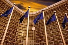 Флаги EC перед зданием европейской комиссии в Брюсселе Стоковое фото RF