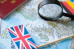 Флаги europian стран, лупы, пасспорта на карте туризм голубой карты dublin принципиальной схемы города автомобиля малый Стоковые Изображения RF