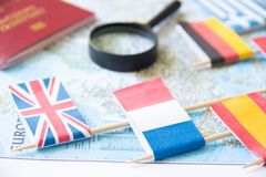 Флаги europian стран, лупы, пасспорта на карте туризм голубой карты dublin принципиальной схемы города автомобиля малый Стоковое фото RF