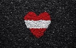 Флаг Австрии, австрийский флаг, сердце на черной предпосылке, камни, гравий и гонт, обои стоковое фото rf