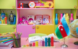 Флаг Азербайджана для малой таблицы Предпосылка детского сада Баку, Азербайджан Запачканный взгляд пустой игровой Стоковое фото RF