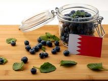 Флаг Бахрейна на деревянной планке с голубиками на whit Стоковое фото RF