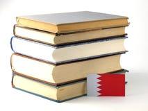 Флаг Бахрейна с кучей книг на белой предпосылке Стоковое Изображение RF