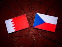 Флаг Бахрейна с чехословакским флагом на пне дерева Стоковые Изображения