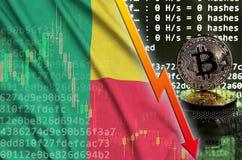 Флаг Бенина и падая красная стрелка на экране bitcoin минируя и 2 физических золотых bitcoins иллюстрация вектора