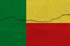 Флаг Бенина на бетонной стене с отказом стоковые фото
