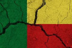 Флаг Бенина на треснутой земле стоковая фотография rf