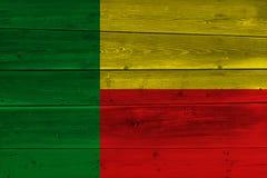 Флаг Бенина покрашенный на старой деревянной планке стоковое изображение rf