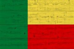 Флаг Бенина покрашенный на старой деревянной планке стоковые фотографии rf