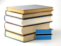 Флаг Ботсваны с кучей книг на белой предпосылке Стоковое Изображение RF