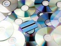 Флаг Ботсваны na górze кучи КОМПАКТНОГО ДИСКА и DVD изолированной на белизне Стоковые Изображения