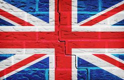 Флаг Великобритании покрашенный на предпосылке текстуры кирпичной стены стоковое изображение