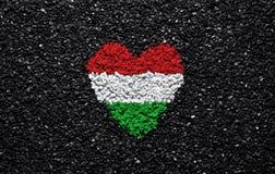 Флаг Венгрии, венгерский флаг, сердце на черной предпосылке, камни, гравий и гонт, обои стоковая фотография