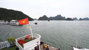 Флаг Вьетнама на шлюпке дракона видеоматериал