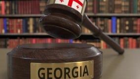 Флаг Грузии на падая молотке судей в суде Национальная 3D анимация правосудия или подсудности родственная схематическая иллюстрация штока