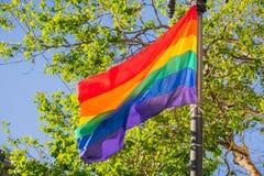 Флаг дуя в ветре, месяц радуги гордости LGBTQ, Сан-Франциско, Калифорния Стоковая Фотография