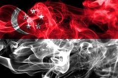 Флаг дыма Сингапура на черной предпосылке Стоковая Фотография