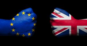 Флаг Европейского союза и Великобритании покрашенных на 2 сжатых кулаках смотря на один другого на черных предпосылке/концепции B стоковые изображения