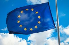 Флаг Европейского союза против голубого облачного неба стоковые фотографии rf
