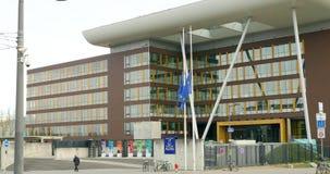 Флаг Европейского союза развевая перед зданием агоры Совета Европы после нападений Парижа Bataclan акции видеоматериалы