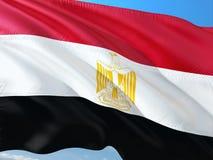 Флаг Египта развевая в ветре против темносинего неба Высококачественная ткань стоковое фото rf