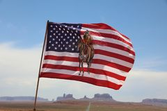 Флаг индигенных индейцев Навахо на фоне парка Навахо долины Ðœonument племенного аристочратов стоковое фото rf