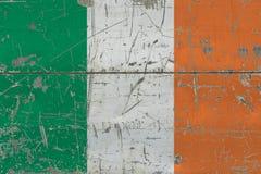 Флаг Ирландии Grunge на старой поцарапанной деревянной поверхности Национальная винтажная предпосылка иллюстрация вектора