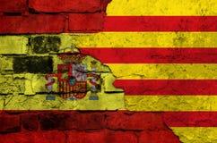 Флаг Испании и Каталонии на текстурированной кирпичной стене Стоковое Изображение RF