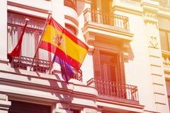Флаг Испании на фасаде здания стоковая фотография