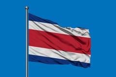 Флаг Коста-Рика развевая в ветре против темносинего неба Костариканский флаг стоковая фотография rf