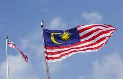 Флаг Малайзии также известный как волна Jalur Gemilang с голубым небом стоковая фотография