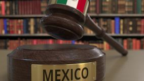 Флаг Мексики на падая молотке судей в суде Национальная 3D анимация правосудия или подсудности родственная схематическая сток-видео