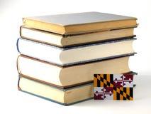Флаг Мэриленда с кучей книг на белой предпосылке стоковое фото rf