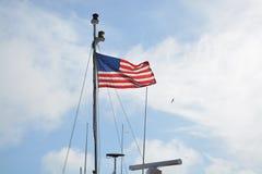 Флаг на корабле стоковые фотографии rf