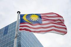 Флаг на поляке развевая, современная предпосылка Малайзии офисного здания стоковое фото rf