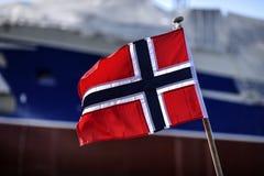Флаг Норвегии развевая в гавани Skagen, Дании стоковое фото rf