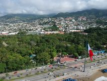 Флаг около вида с воздуха залива Акапулько, Мексика Стоковые Фото