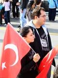 флаг пар держит детенышей Стоковая Фотография RF