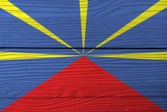 Флаг Реюньона на деревянной предпосылке стены Текстура флага Реюньона Grunge стоковая фотография rf