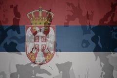 флаг Сербии на хаки текстуре винтовка s зеленого цвета m4a1 флага принципиальной схемы конца тела штурма панцыря воинская сняла с Стоковые Изображения